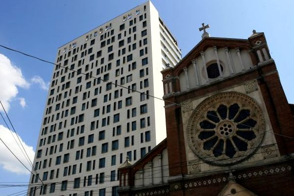 O nouă decizie în justiție pentru demolarea Cathedral Plaza. Ce mai inventează Oprescu ca să amâne aplicarea legii?