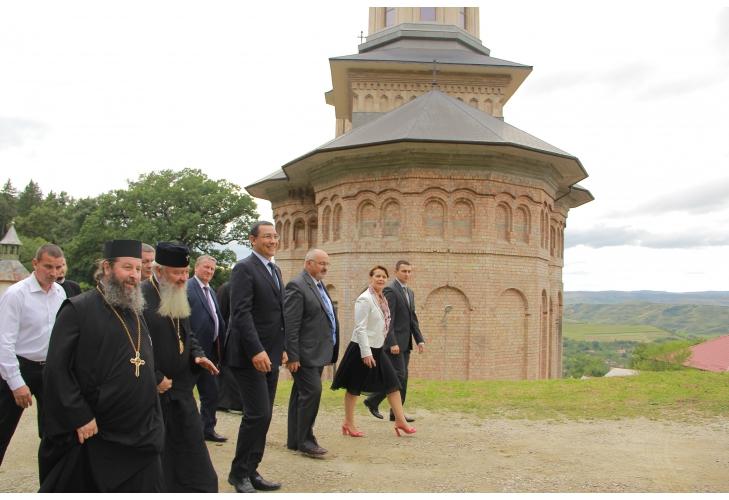 Rezerva lui Ponta pentru Bunul Dumnezeu. Milioane pentru mănăstiri, că e urgență electorală. Ponta confirmă raportul SAR de anul trecut